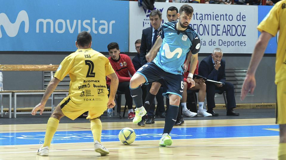 Raya, de Movistar Inter, defiende el balón ante Isi, de Servigroup Peñíscola.