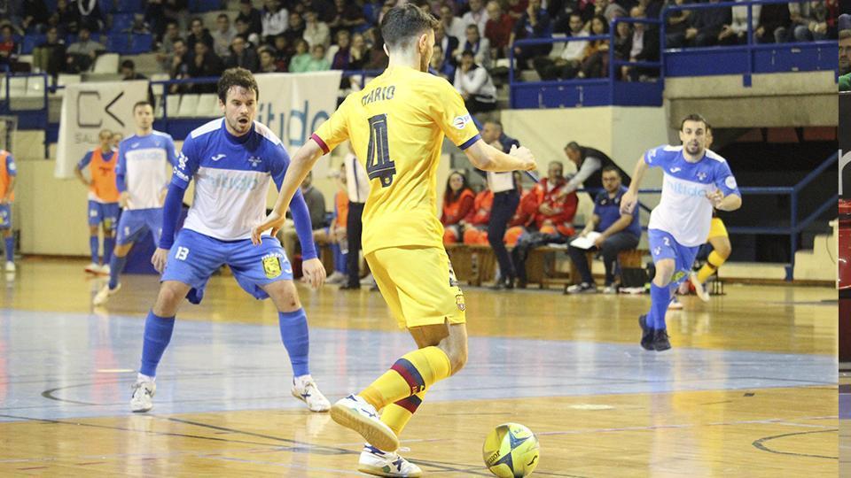 Mario, jugador del Barça B, encara a Rafa Ara, del Nítida Alzir.