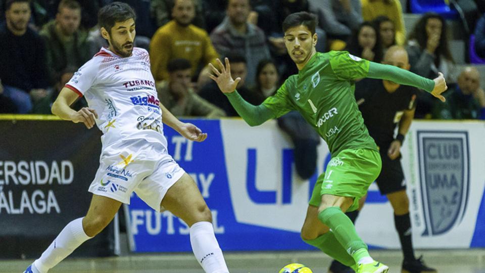 Nando, jugador del BeSoccer CD UMA Antequera, disputa el balón con Palmas, del Noia Portus Apostoli.