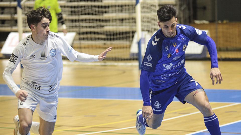 Peloncha, jugador del Bisontes Castellón, ante Alberto, de Santiago Futsal.