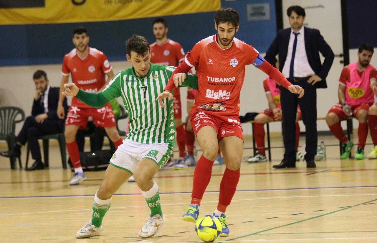 Éric Pérez, del Real Betis Futsal, y Palmas, del Noia Portus Apostoli, pugnan por el balón