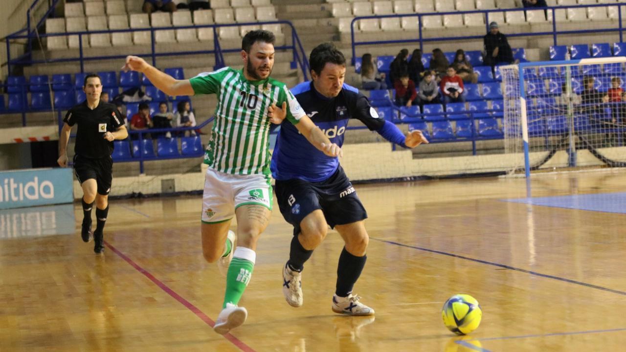 Ivi, del Real Betis Futsal, y Rafa Ara, del Nítida Alzira, disputan un balón   Foto: Real Betis Futsal