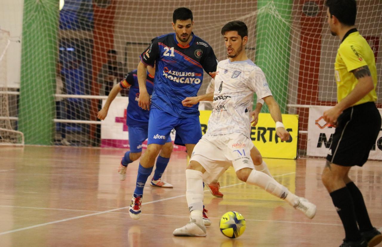 Nando, del BeSoccer CD UMA Antequera, golpea el balón ante Carlos García, del Azulejos Moncayo Colo Colo