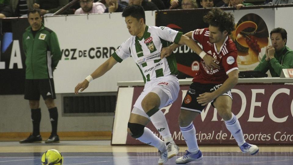 Shimizu, de Córdoba Patrimonio, pelea el balón con Esteban, de Fútbol Emotion Zaragoza