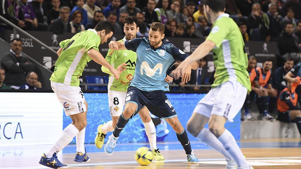 Pito, de Movistar Inter, lucha por el balón con varios jugadores de Palma Futsal.