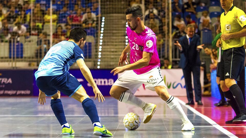 Chino, de Viña Albali Valdepeñas, conduce el balón ante Borja, de Movistar Inter.