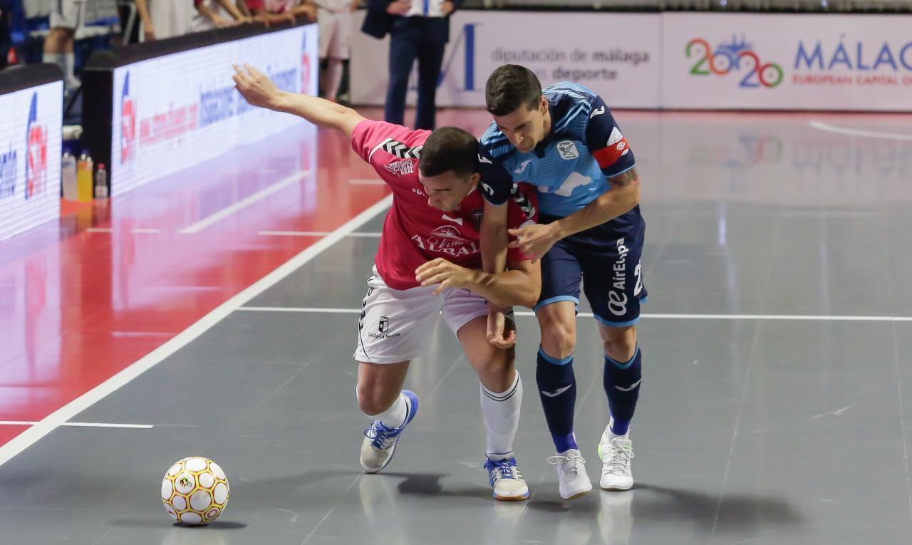 José Ruiz, del Viña Albali Valdepeñas, y Carlos Ortiz, de Movistar Inter, pugnan por el balón durante la Final del Play Off