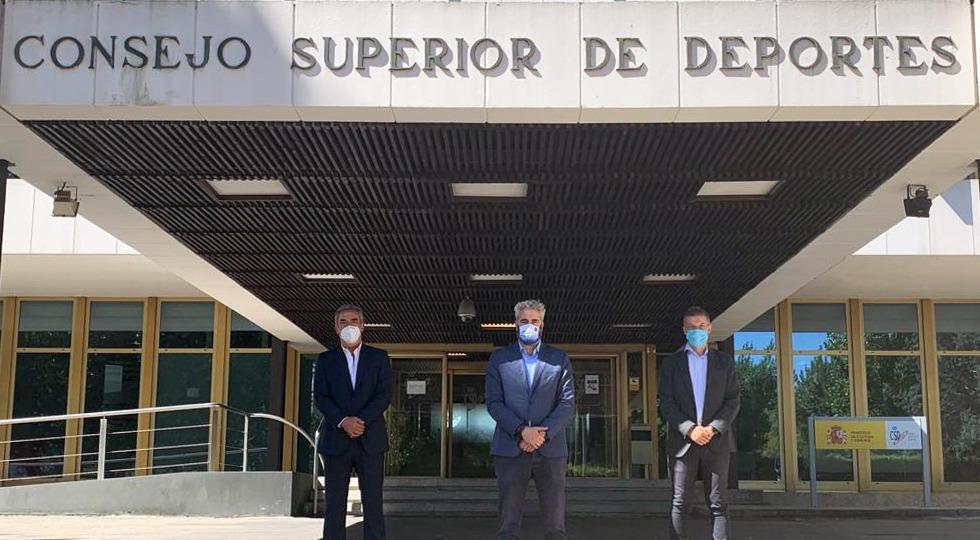 Javier Lozano, David Jiménez y Rubén Alcaine, posan tras la reunión con el CSD.