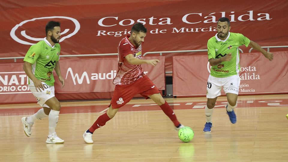 Paradynski, de ElPozo Murcia Costa Cálida, ante la presión de los jugadores de Palma Futsal.