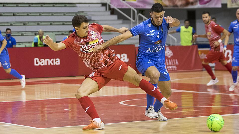 Xavi Cols, del Viña Albali Valdepeñas, disputa un balón con Marcel, de ElPozo Murcia Costa Cálida