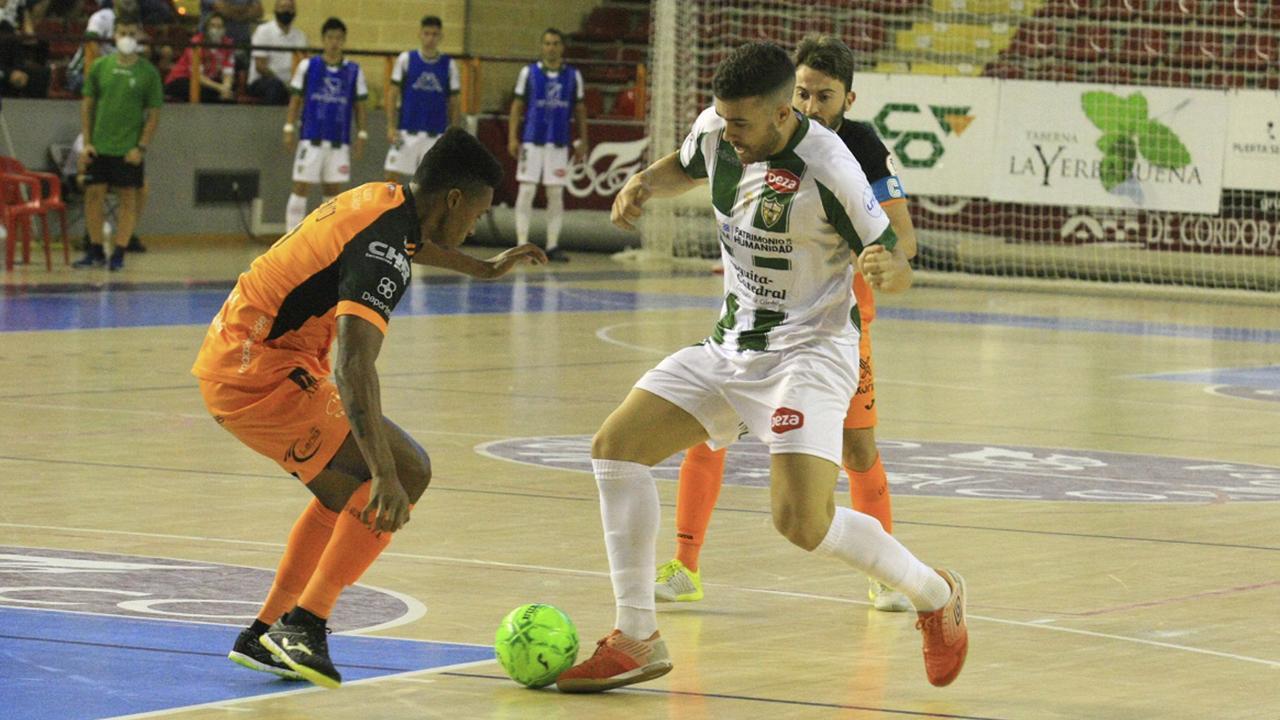 Saura, jugador del Córdoba Patrimonio de la Humanidad, encara a Renato, de Burela FS