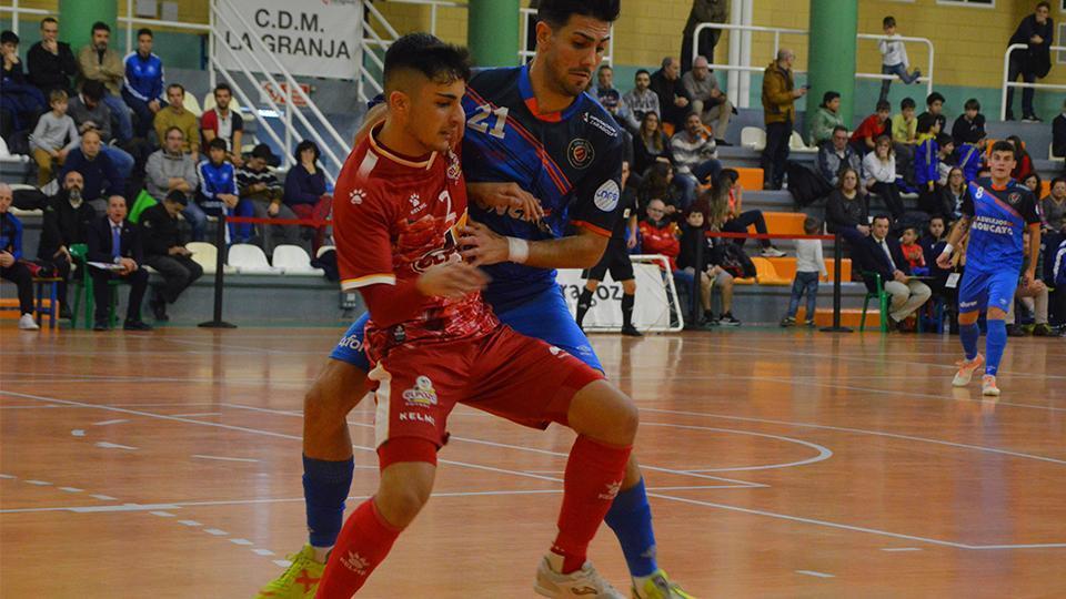 Carlos García, del Full Energía Zaragoza, pugna por el balón con un jugador de ElPozo Ciudad de Murcia, durante un partido