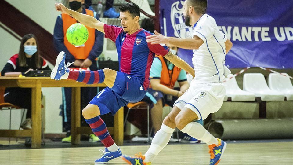 Gallo, de Levante UD, intenta controlar el esférico ante un rival de O Parrulo Ferrol.