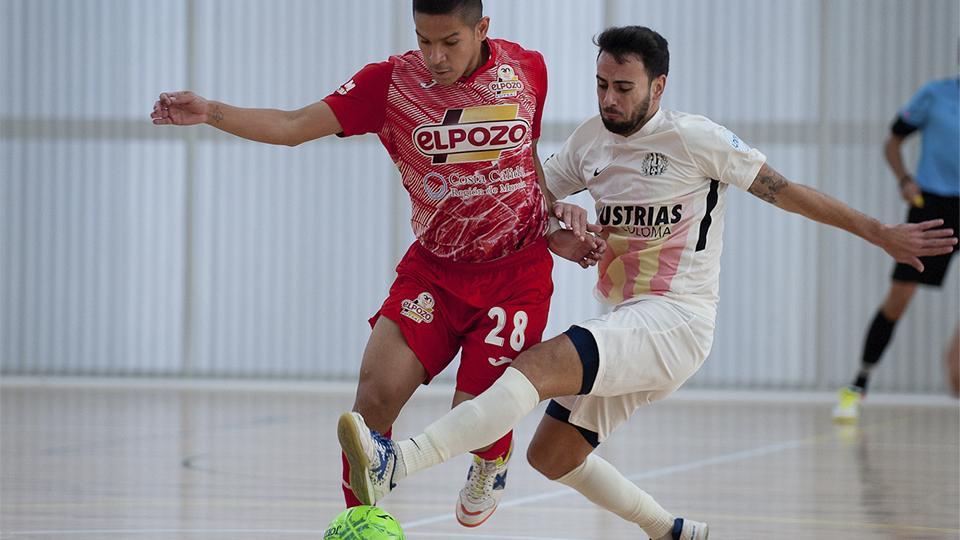 Cholo Salas, de ElPozo Murcia Costa Cálida, pugna por el balón con Sepe, de Industrias Santa Coloma