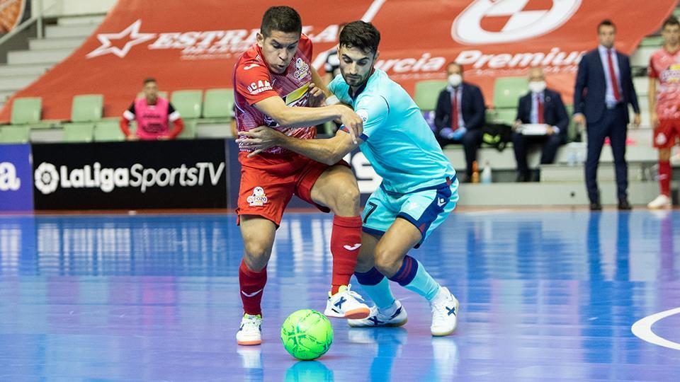 Cholo Salas, jugador de ElPozo Murcia Costa Cálida pugna con Rubi, del Levante UD FS por el balón.