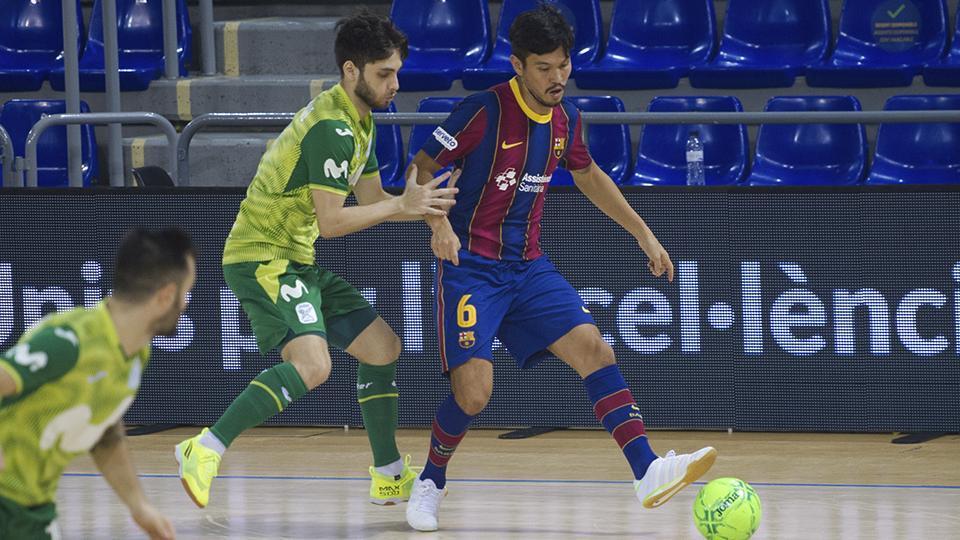 Daniel Shiraishi, jugador del Barça, conduce el balón ante Bruno Iacovino, de Inter FS (Fotografía: Ernesto Aradilla)