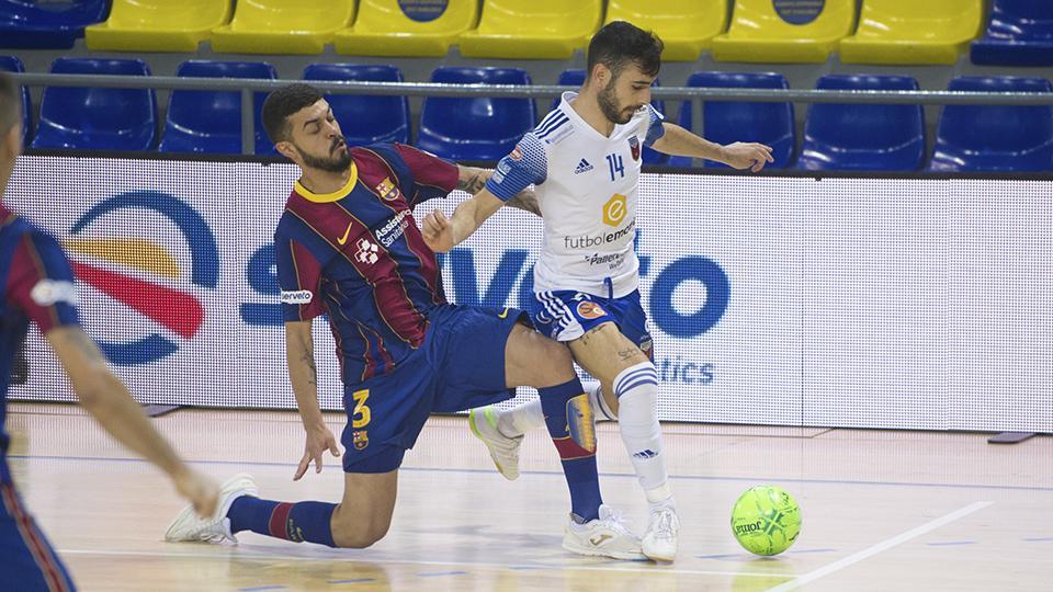 Eloy Rojas, jugador del Fútbol Emotion Zaragoza, ante Matheus, del Barça