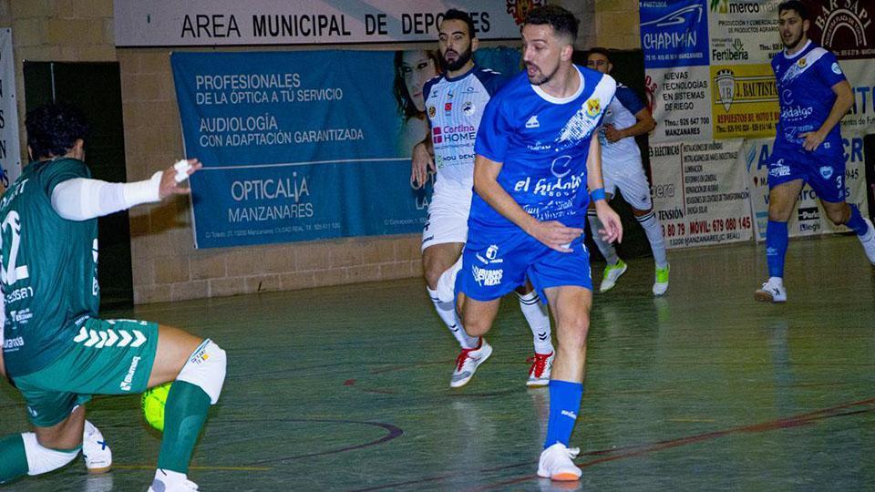 Manu Diz, del Manzanares FS Quesos EL Hidalgo, realiza un remate a portería.