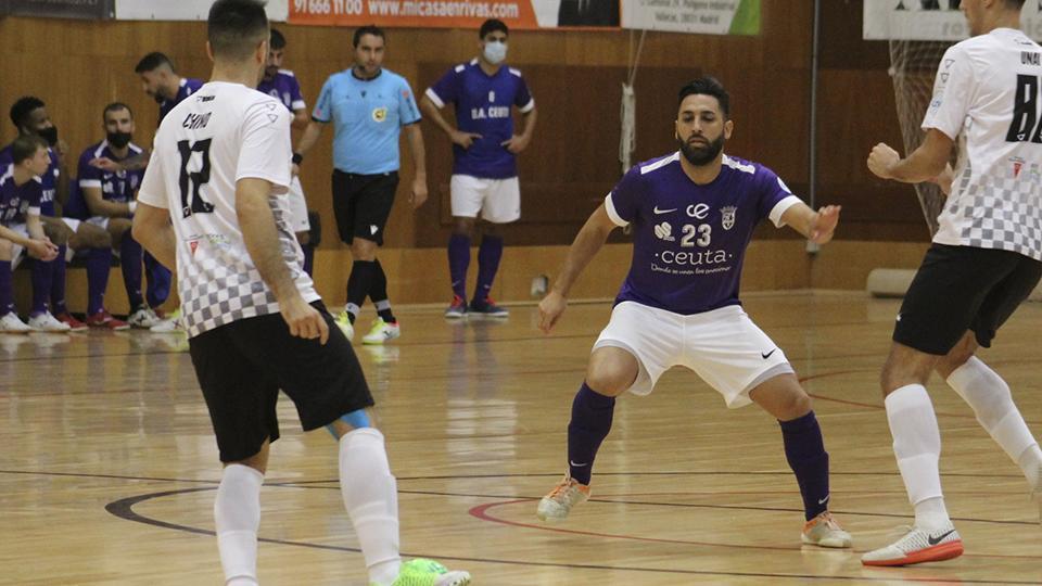 Chino, de Rivas Futsal, controla el balón ante Víctor Cachón, de la UA Ceutí