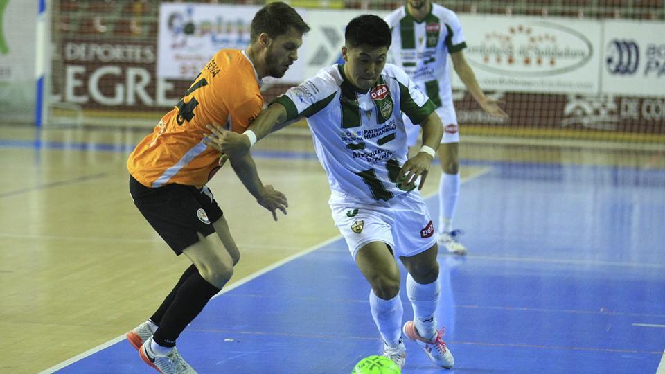 Shimizu, jugador del Córdoba Patrimonio, conduce el balón ante Sena, de Ribera Navarra FS