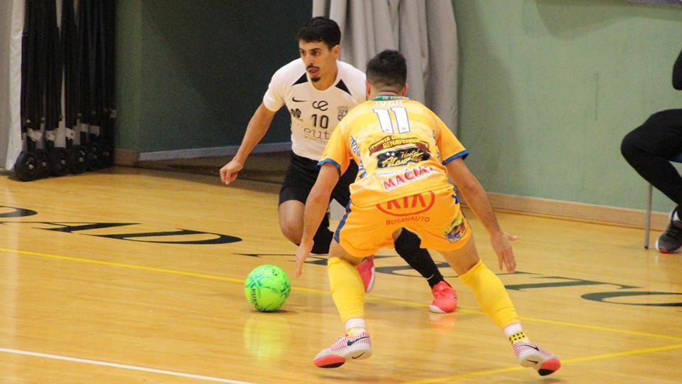 Anuar, jugador de la Unión África Ceutí, encara a Iván, del Atlético Benavente.