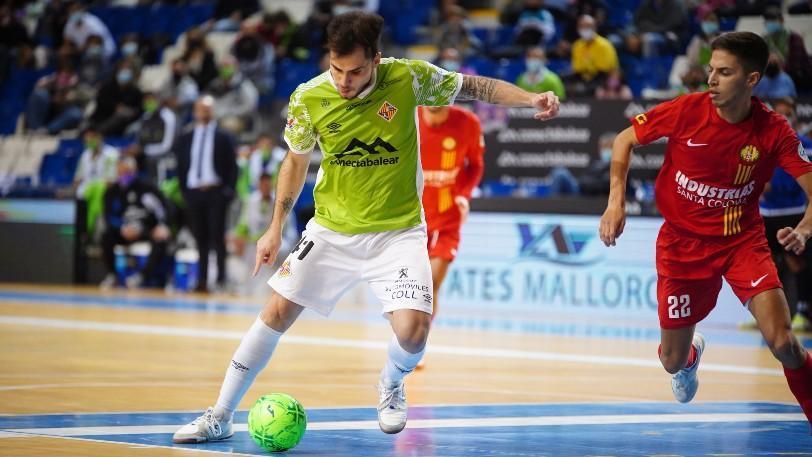 Mati Rosa, de Palma Futsal, golpea el balón ante Khalid, de Industrias Santa Coloma