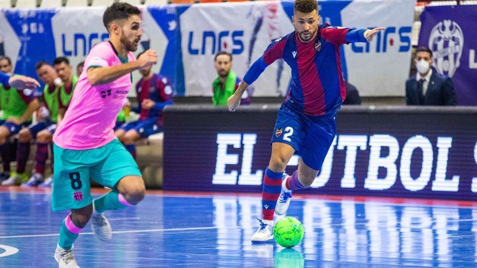 Adolfo, del Barça, y Araça, de Levante, disputan el balón durante un partido.