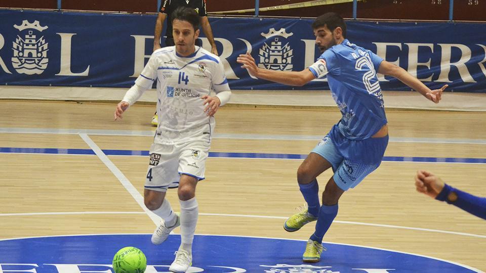 Miguel, de O Parrulo Ferrol, conduce el balón ante Rubén Orzaez, de Peñíscola FS