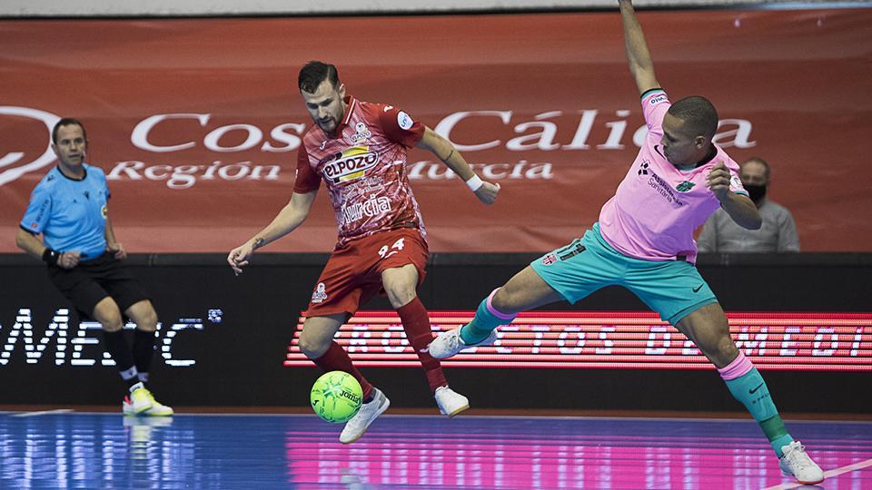 Paradynski, de ElPozo Murcia Costa Cálida, y Ferrao, de Barça, disputan el balón.