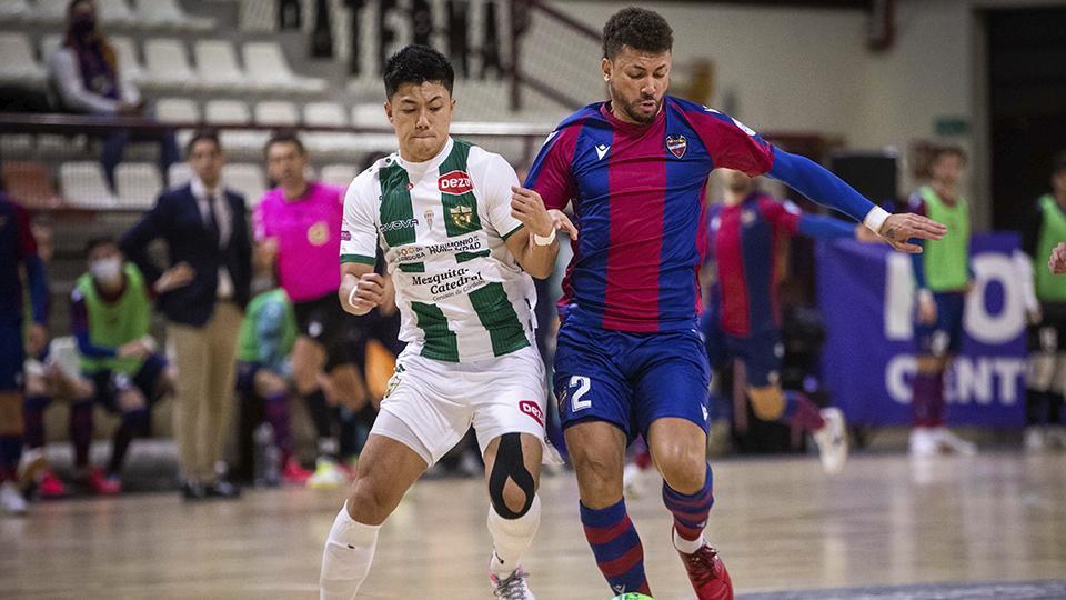 Shimizu, jugador del Córdoba Patrimonio de la Humanidad, pugna por el balón con Araça, del Levante UD FS.