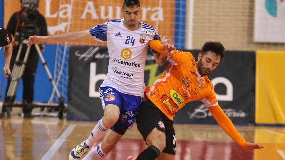 Adri Ortego, del Fútbol Emotion Zaragoza, y Pablo Ibarra, de Ribera Navarra FS, pugnan por el balón (Fotografía: Jorge Vicioso Guiu)