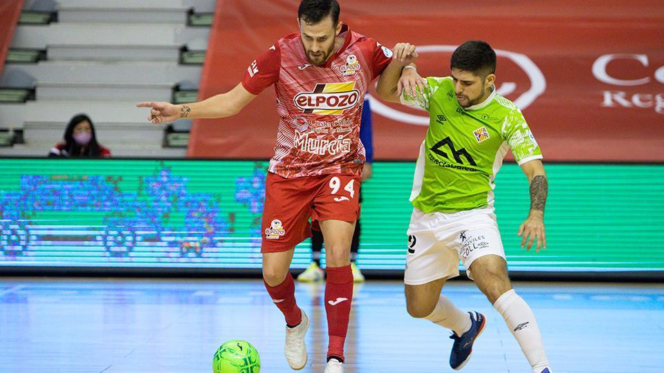 Paradynski, jugador de ElPozo Murcia Costa Cálida, ante Ángel Claudino, de Palma Futsal, durante un partido