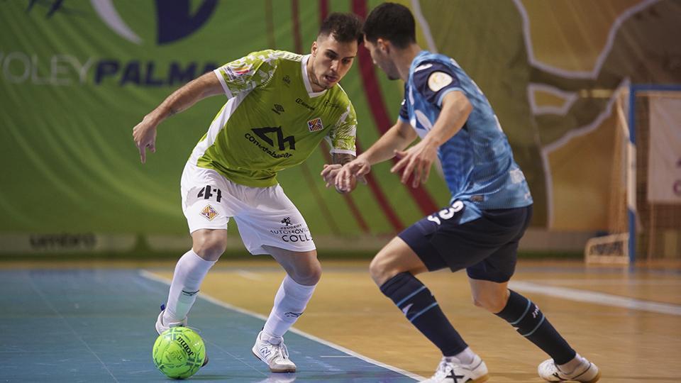 Mati Rosa, del Palma Futsal, conduce el balón ante Lucas Tripodi, de Inter FS