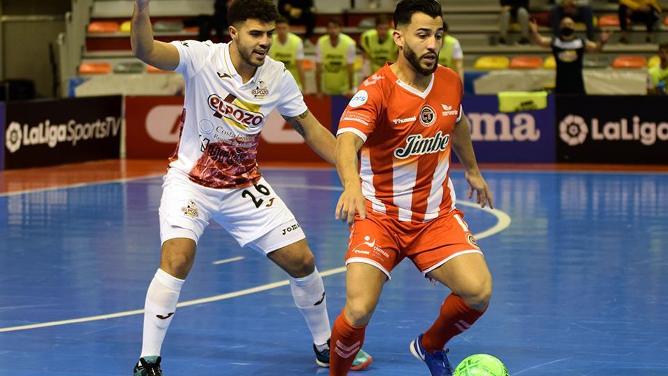 Waltinho, del Jimbee Cartagena, controla el balón ante Matteus, de ElPozo Murcia Costa Cálida