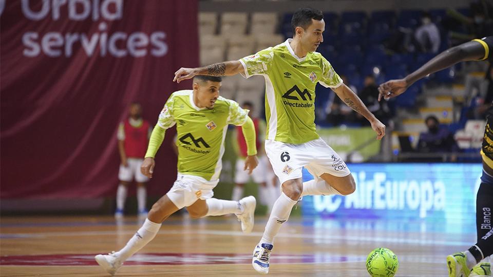 Joao, de Palma Futsal, conduce el balón.