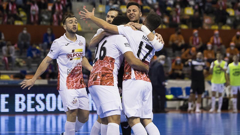 Los jugadores de ElPozo Murcia Costa Cálida celebran un gol (Fotografia: Pascu Méndez)