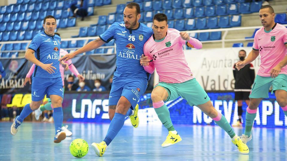Matheus Preá, jugador del Viña Albali Valdepeñas, pugna con Sergio Lozano, del Barça. (Foto: ACP-FSV)