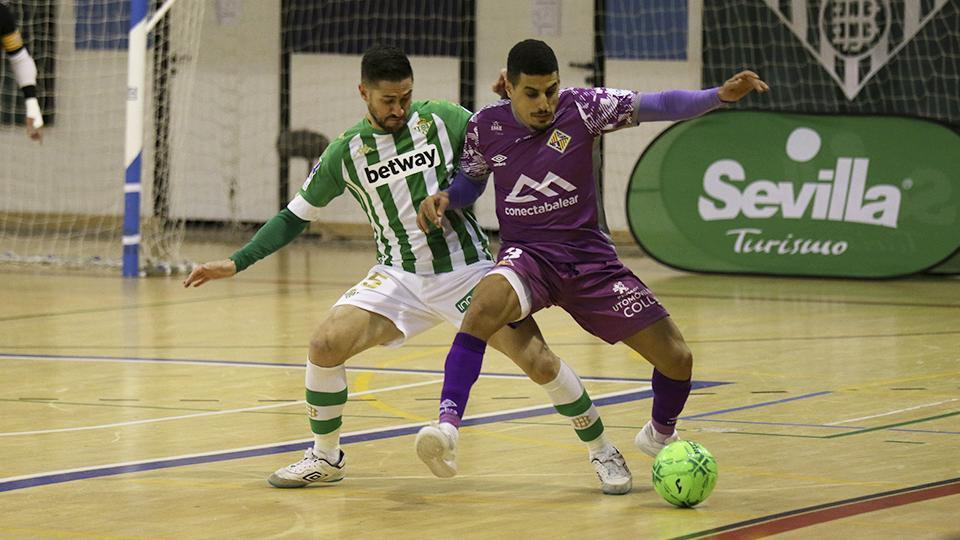 Hamza, jugador del Palma Futsal, protege el balón ante Rubén Cornejo, del Real Betis Futsal.