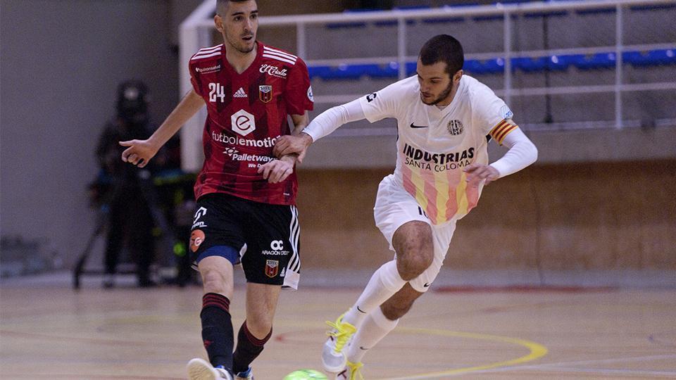 David Álvarez, de Industrias Santa Coloma, pugna por el balón con Adri Ortego, de Fútbol Emotion Zaragoza
