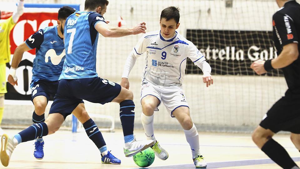 Isma, de O Parrulo Ferrol, conduce el balón ante dos rivales de Inter FS (Fotografía: Hugo Nidáguila / Instantes Momentos Fotográficos)