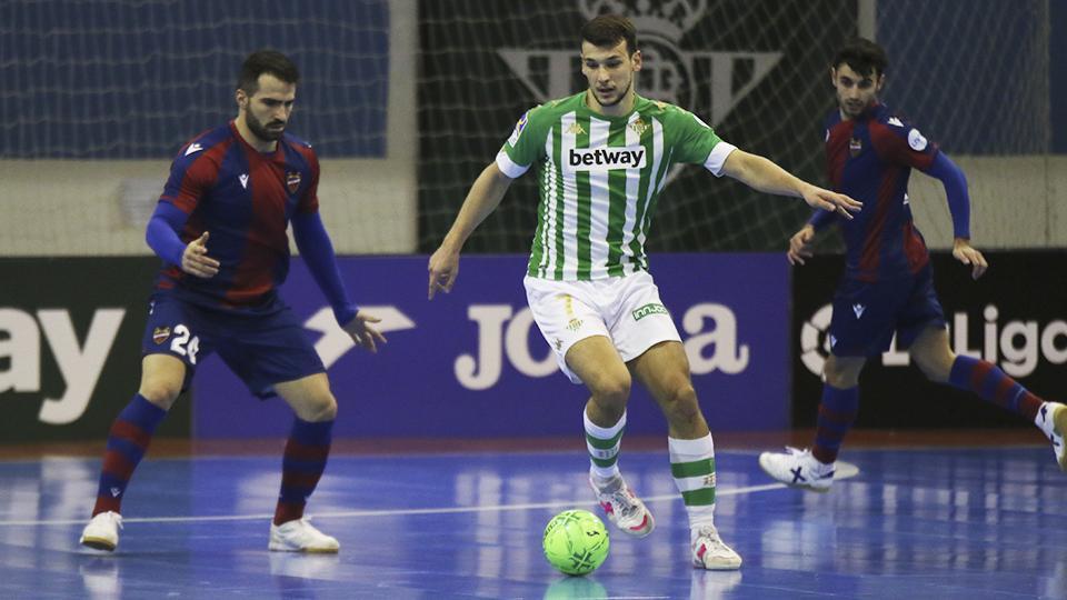 Eric Pérez, del Real Betis Futsal, conduce el balón ante Pedro Toro y Rubi Lemos, del Levante UD FS