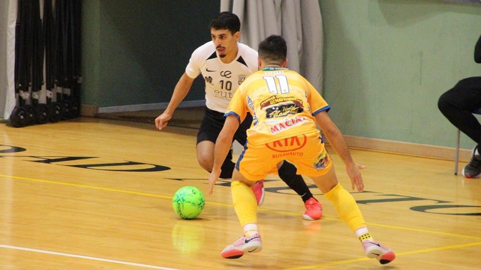 Galán, jugador de la Unión África Ceutí, conduce el balón durante un encuentro