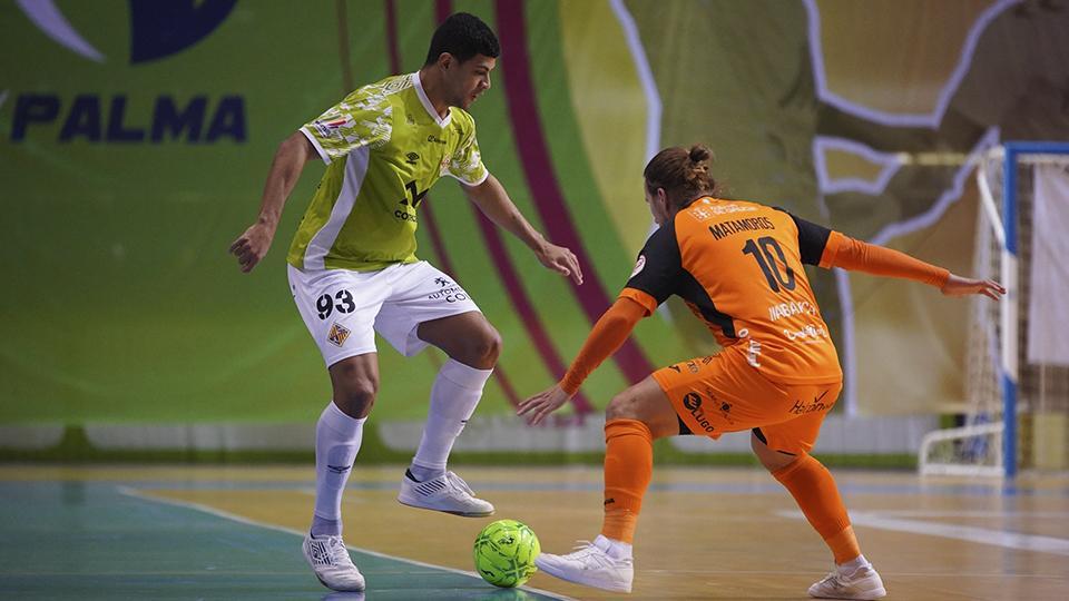 Vilela, del Palma Futsal, controla el balón ante Matamoros, del Burela FS