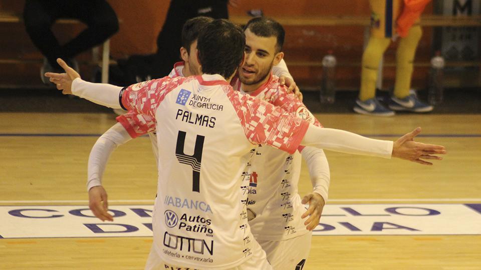 Los jugadores del Noia Portus Apostoli celebran un gol.