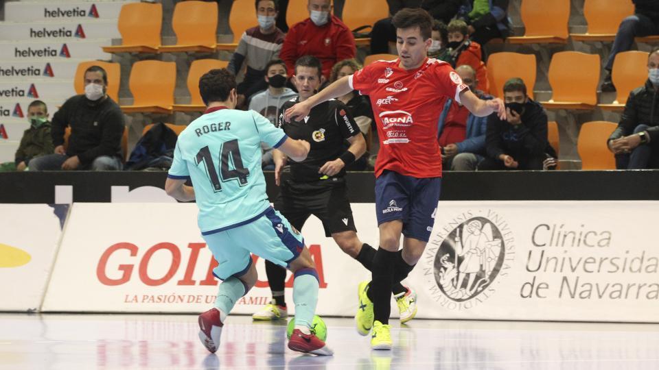 Tony, jugador de Osasuna Magna Xota, ante Roger, del Levante UD FS.