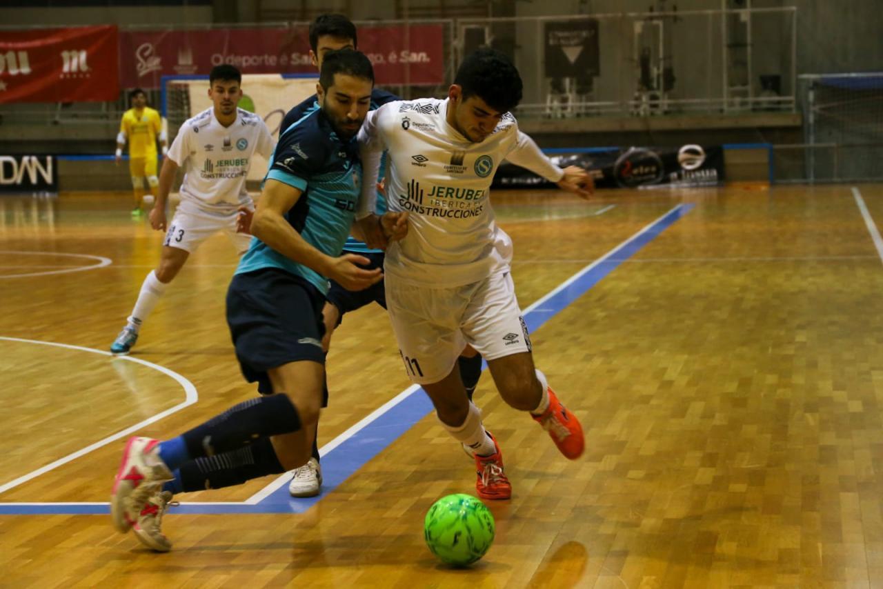 Quintás, del JERUBEX Santiago Futsal, conduce ante Anass, del FS Talavera (Fotografía: Jesús Figueroa)