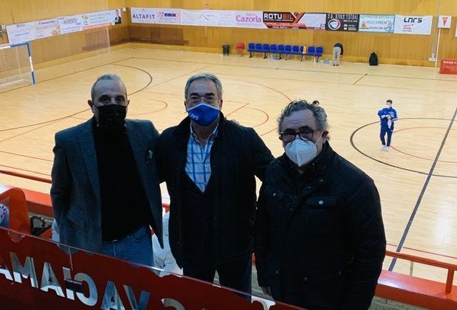 Luis Moreno, Javier Lozano y Severino Barreiro, durante el partido Rivas - Noia.