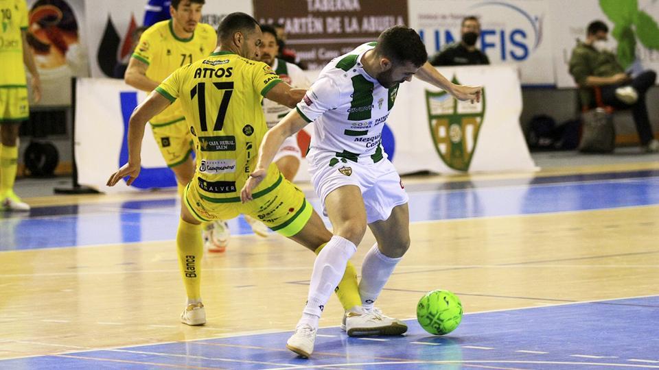 Saura, jugador del Córdoba Patrimonio de la Humanidad, protege el balón frente a Attos, del Jaén FS.