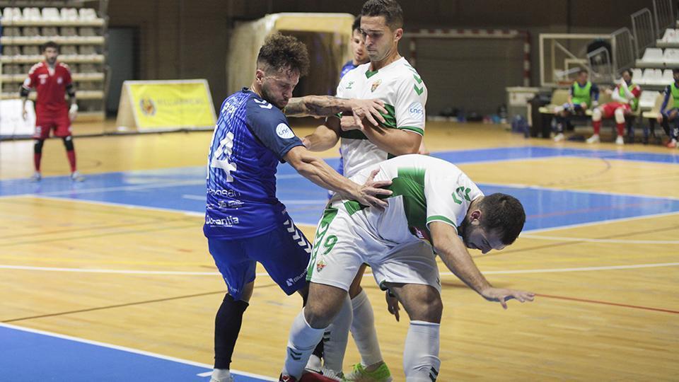 Pipi, jugador de Bisontes Castellón, ante Rubi y Elián, del Elche CF.