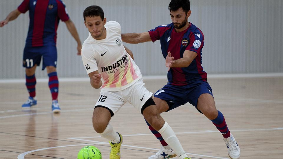Cardona, de Industrias Santa Coloma, pugna por el balón con Rubi Lemos, de Levante UD.